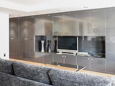 Chiralt Arquitectos I Salón en vivienda moderna con deslumbrante armariada.