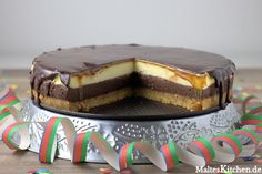 So darf ein #Cheesecake gerne immer ausschauen! Mein Silvester Double Cheesecake mit Karamell- und Schokoguss. #backen #kuchen Tiramisu, Food And Drink, Ethnic Recipes, Desserts, Pie, Caramel, Chocolate, Vegan Cake, Cream Pie