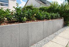 Reliefmönstrade stödmurar i betong ger stora möjligheter till en estetiskt tilltalande lösning. Sätt plantor för att ge det mer liv.