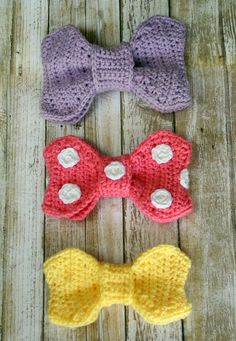 This is a great crochet bow pattern if you're trying to create a Minnie Mouse crochet product. It also makes an adorable bow tie or hair bow accessory, so this one crochet pattern can serve so many different purposes. Crochet Hair Bows, Crochet Hair Accessories, Crochet Baby Hats, Crochet Hair Styles, Crochet Scarves, Crochet Flowers, Crochet Bow Pattern, Crochet Patterns, Crochet Crafts