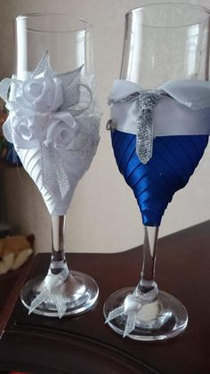 Bride And Groom Glasses, Wedding Wine Glasses, Wine Craft, Wine Bottle Crafts, Royal Blue Centerpieces, Bright Quilts, Decorated Wine Glasses, Wedding Keepsakes, Flower Bouquet Wedding
