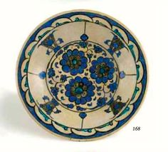 Ce plat à décor bleu blanc est orné de chrysanthèmes et de godrons. Son marli est légèrement chantourné à décor de fleurs et de feuilles.Vente Arts d'Orient – Boisgirard Antonini Mercredi 18 Juin 2014