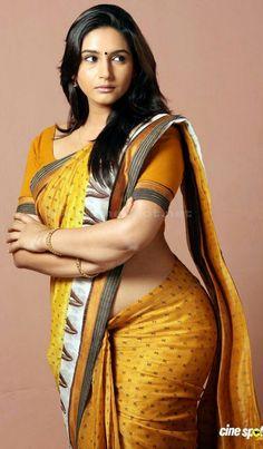 Hot saree look - SunOnline Beautiful Women Over 40, Beautiful Girl Indian, Most Beautiful Indian Actress, Beautiful Girl Image, Beautiful Saree, Beauty Full Girl, Beauty Women, Desi Girl Image, Indian Girl Bikini