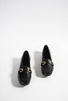 Γυναικεία δερμάτινα μοκασίνια της εταιρείας Geox. Διαθέτουν ανατομική insole και αντιολισθητική σόλα, με τεχνολογία που αφήνει το πόδι να αναπνέει, προσφέροντας άνεση όλη την ημέρα. Loafers, Shoes, Fashion, Travel Shoes, Moda, Zapatos, Moccasins, Shoes Outlet, Fashion Styles