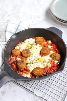Shakshuka met falafel - Lekker en Simpel Easy Cooking, Healthy Cooking, Healthy Eating, Cooking Recipes, Falafel Salad, Falafel Burgers, Garlicky Shrimp, Pickled Beets, Prosciutto