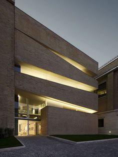 Fachada da Pontifícia Universidade Lateranense Arquiteto: King Roselli Architetti Fonte: Plataforma Arquitectura