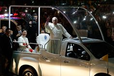 SMOOTH RIDE. Pope Francis waves to the crowd as his popemobile brings him to the Apostolic Nunciature. Photo by Francis Malasig/EPA