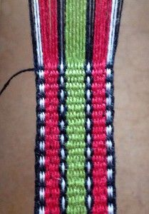 Vävt band i bandgrind. Inkle Weaving Patterns, Loom Patterns, Loom Weaving, Card Weaving, Tablet Weaving, Inkle Loom, Crafty Projects, Woven Rug, Jewelry Crafts