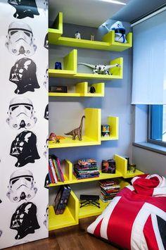 Le principal souhait des parents était de créer un espace de vie qui permettrait de garder les enfants attirés mêmeà l'age de  la puberté. De plus, le père est un grand joueur et fan de Star Wars aussi, donc il voulait que son fils est cette superbe salle pour passer le temps et jouer à ses jeux PC préfèrés.  Tout le mobilier est conçu sur mesure, l'image sur le mur dans la chambre du garçon est un vrai graffiti !!