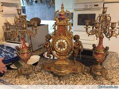 Antieke klok met 2 kandelaars Met roze marmer Schouwgarnituur Tel.0032483081599