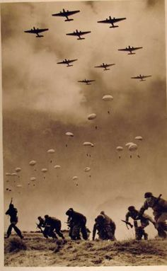 Guerra e Luoghi amazing photo - all military armspresented. This appears to be the German air drop on Crete during WWII. Nagasaki, Hiroshima, Luftwaffe, World History, World War Ii, Foto Portrait, Interesting History, Military History, Historical Photos