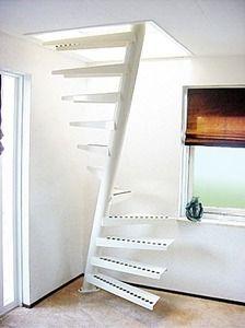 scala a chiocciola quadrata (struttura in metallo e gradini in legno) EeStairs America