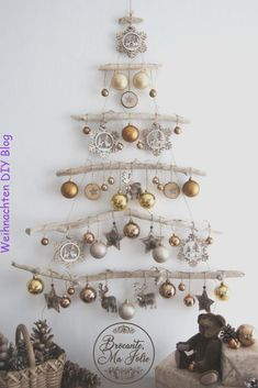 DIY ideas for Christmas decorations for the Christmas holidays! - Hello lovely Looking for a unique decor for Christmas This wall-mounted driftwood Christmas tree is ideal Driftwood Christmas Tree, Christmas Wall Art, Noel Christmas, Christmas 2019, Simple Christmas, All Things Christmas, Rustic Christmas, Beautiful Christmas, Christmas Wall Decorations