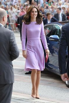 Princess Kate Middleton had an official visit to Germany in featuring an elegant lavender long sleeves cocktail dress. Kate Middleton Outfits, Vestidos Kate Middleton, Style Kate Middleton, Kate Middleton Wedding Dress, Kate Middleton Photos, Kate Middleton Fashion, Lavender Dresses, Lilac Dress, Princess Kate