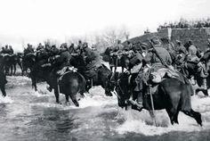 Yunan süvarisi nehirden geçerek ilerliyor. (1919 - B. Menderes'in kollarından birisi)