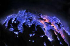Vulkan spuckt scheinbar blaue Lava