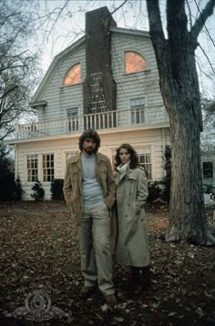 Actors James Brolin and Margot Kidder portrayed George and Kathy Lutz in The Amityville Horror back in The iconic supernatural horror film was based on the 1977 book by Jay Anson of the same name. Scary Movies, Horror Movies, Scary Gif, Horror Art, The Amityville Horror House, Critique Film, I Love Cinema, Ghost Pictures, Fear Of Flying