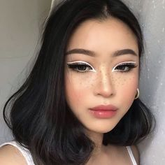 Is the eyeliner just a line decorated at the end of the eye? Can a simple extension draw the right eyeliner? And can only paint black? Bold Eye Makeup, Makeup Eye Looks, Cute Makeup, Gorgeous Makeup, Eyeshadow Makeup, Eyeshadow Palette, Edgy Makeup, Asian Makeup, Glitter Eyeshadow