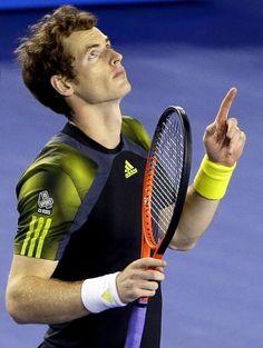 Nach seinem Einzug ins Finale der Australian Open richtet der Brite Andy Murray seinen Blick dankbar nach oben. (Foto: Barbara Walton/dpa)