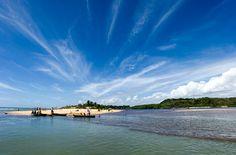 Encontros das águas: Atlântico e rio Caraíva, Brasil
