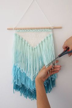 DIY weaving: How to make a tassel wall hanging (Mollie Makes) DIY Weben: So machen Sie eine Quaste Wandbehang Mollie Makes, Diy Ombre, Yarn Wall Art, Diy Wall Art, Easy Wall Decor, Wall Art Crafts, Fun Crafts, Diy And Crafts, Decor Crafts
