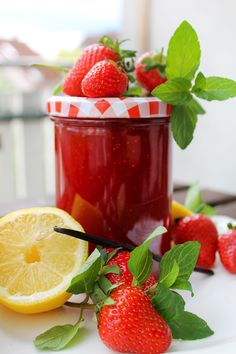 Licor 43 Erdbeer-Marmelade | Stadt-Land-Food Strawberry, Fruit, Inspiration, Sandwich Spread, Gelee, Strawberries, Homemade, Biblical Inspiration