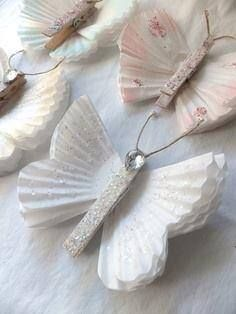 Süßer Schmetterling aus Wäscheklammern und Cupcakeförmchen