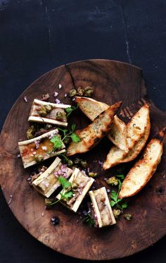 Marrow Bones as a starter Appetizers For Party, Appetizer Recipes, Marrow Recipe, Roasted Bone Marrow, Beef Recipes, Healthy Recipes, Fish And Meat, Tapas, Menu Restaurant