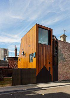 In Australien baut man üblicherweise groß, ausgedehnt, in die Breite gehend wie ein Pfannkuchen. Hier gibt es auch genügend Platz und kaum Beschränkungen. Andrew Maynard Architects gingen mit ihrem Projekt HOUSE House genau den umgekehrten Weg.
