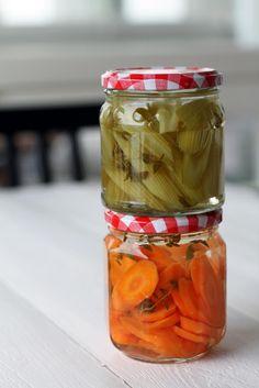 Pikapikkelöidyt kasvikset | Maku (Fanni & Kaneli) Preserves, Mason Jars, Food And Drink, Baking, Vegetables, Drinks, Recipes, Salad, Foods