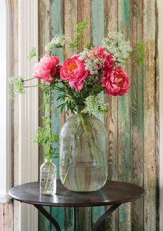Peonies and Queen Ann's Lace -- as good as it gets! Cathy Collins Arkansas Bungalow - Home Restoration Ideas - Country Living - simple clear jug stuffed with pink cabbage roses and white baby's breath - gorgeous! Deco Floral, Arte Floral, Fresh Flowers, Beautiful Flowers, Draw Flowers, Simple Flowers, Flowers Nature, Bouquet Champetre, Victorian Cottage