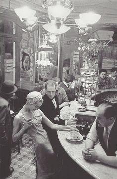 Frank Horvat: Les Halles, au bar du Chien qui fume, Paris, 1957