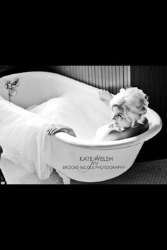 Claw foot tub. I'd like to do a pregnancy photo like this too.