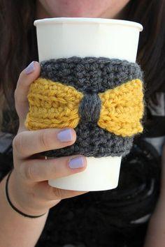 ❥Knit & Crochet Tea Cosies, Mug Hug Snugs and Cuppa Cosies. Crochet Coffee Cup Cozy with Bow Crochet Coffee Cozy, Coffee Cup Cozy, Crochet Cozy, Love Crochet, Crochet Gifts, Loom Knitting, Knitting Patterns, Crochet Patterns, Coffee Sleeve