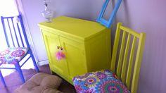 antiguo mueble de campo amarillo vibrante. interiores celeste viejo. tiradores de ceramica multicolor