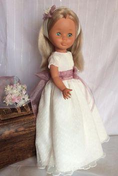 vestidos de novia y comunion para nancy y pepas Nancy Doll, Old Toys, Vintage Dolls, American Girl, Marie, Doll Clothes, Flower Girl Dresses, Disney Princess, Wedding Dresses