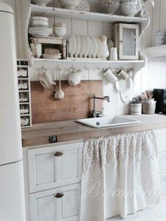 27 Country Cottage Style Kitchen Decor Ideas to help you w .- 27 Country Cottage Style Kitchen Decor Ideas to make you fall in love with your kitchen again Source by dekorationtrend - Style Cottage, Country Chic Cottage, Country Kitchen, White Cottage, Farmhouse Style, Country Decor, Rustic Kitchen, White Farmhouse, Country Cottages