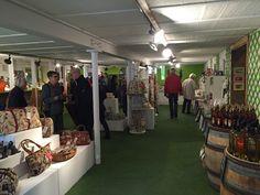 Vue intérieure de la boutique : vaisselle, décoration intérieure, produits du terroir, bijoux et plein d'autres articles en vente!