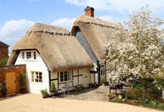 Amazing thatched roof on the Pollyanna Cottage Cotswolds holiday rental English Cottage Style, English Country Cottages, English House, Cottage Interiors, Cottage Homes, English Architecture, Sustainable Architecture, Residential Architecture, Contemporary Architecture