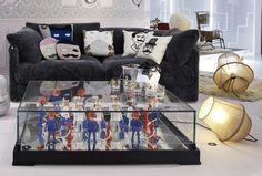 Mesa con clicks de Playmobil en formato grande y sofá con cojines, entre otros, de Donna Wilson (centro) y Charlene Mullen (dcha.). © Francis Amiand