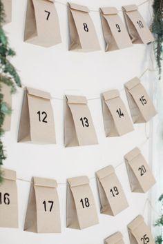 Un grand calendrier de l'avent avec des petits sacs en papier pour préparer plein de surprises en attendant Noël !