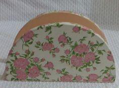 Porta guardanapo mdf com decoupage em tecido floral, envernizado com ótimo acabamento . <br>Um ótimo presente para qualquer ocasião ou para deixar sua casa ainda mais bonita.