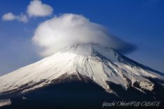 天気が良く富士山は綺麗に見えているものの、何か物足りなさを感じていると、山頂に雲が発生し、やがて笠雲に変化しました。まるで帽子を被っているような、お洒落な富士山を撮影できました。 (山中湖 長池 / 2008年1月中旬 9時頃)