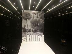 Struttura autoportante con stampa su telo banner, lettere 3d in polistirolo, moquette bianca. #adesivo #decal #shop #vetrina