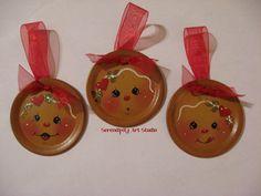 Gingerbread ornies Gingerbread Man Crafts, Christmas Gingerbread Men, Gingerbread Ornaments, Gingerbread Decorations, Diy Christmas Ornaments, Christmas Candles, Christmas Ideas, Jar Lid Crafts, Mason Jar Crafts