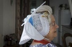 Zondagse kap van feston, een stevig soort broderie. Beeld Niek Stam/ Arnemuiden. It says this is her Sunday hat. Who says the Dutch don't get fancy.