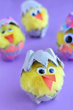 Küken im Ei basteln mit Kindern aus Eierkarton und Pompons