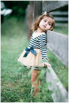 Children's photography / little girl pose idea /Children's pose / natural light  / farm session / Family Photography idea / family photography pose idea
