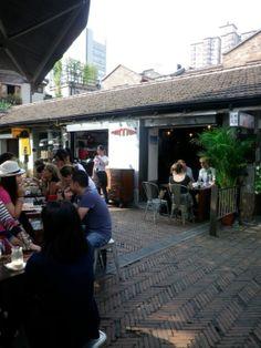 Kommune cafe, little opening in packed Dienzufan.