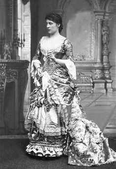 Noted British beauty and actress Lillie Langtry, ca. Lillie was one of the most famous women during her time ❤️ Victorian Photos, Victorian Fashion, Victorian Era, 1880s Fashion, Victorian Dresses, Edwardian Era, Women's Fashion, Monte Carlo, Lilly Langtree
